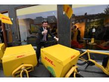 Transportministeren på en af de nye elcykler
