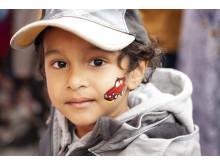 Pojke blir ansiktsmålad, Rinkebystråket