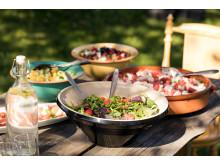 Sommersalater er lettvint, sunt og smaker nydelig. Og den kan gjerne tilberedes utendørs.