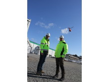 Henrik Svahn, projektchef och Magnus Andersson, koncernchef på plats vid montaget av solcellsanläggningen på husfabriken i Värö.