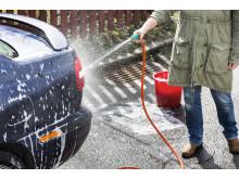 Fel - vid biltvätt på gatan rinner gifter ut i naturen.