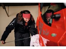 Nadja Gut, Pistenbullyfahrerin aus Lenzerheide, bei der nächtlichen Arbeit am Berg in ihrem tonnenschweren Pistenfahrzeug
