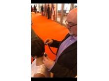Dr Robert O´Sullivan behandlar besökare med PL Touch lasern...