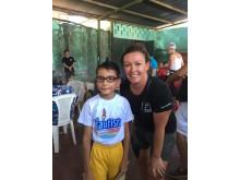 Hege Welin hjälper en pojke att se bättre under Optiker utan gränsers resa till Nicaragua 2016