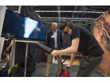 Nicklas Karlsson, vd på Innan AB visar VR-brandsläckning tillsammans med Erik Okfors under Euro Mine Expo 2016.