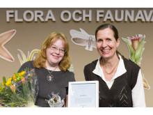 Kajsa Mellbrand tar emot Artdatabankens naturvårdspris 2017 av Lena Sundin Rådström, chef för Artdatabanken, SLU.