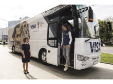 Zlatan Ibrahimović, das Gesicht der globalen Marketingkampagne von Visa, wird von Visa's Russia Country Manager Ekaterina Peletina begrüßt, als er in seinem eigenen Bus zur FIFA Fussball-Weltmeisterschaft 2018 Russland™ ankommt.