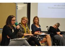 Experten-Gespräch in großer Runde zum Abschluss der Fachtagung (von links): Julia Grunewald-Discher (Schwalm-Eder-Kreis), Linda Kagerbauer (Stadt Frankfurt), Lena Rau (Stadt Marburg) und Naxina Wienstroer (Landesbehindertenbeirat).