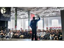 Jason Rose, chef för Rupes globala utbildningsprogram, introducerar drygt 100 polerare i Rupes tre olika poleringssystem.