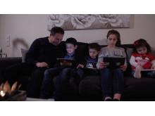 Shadi Bitar läser med sina barn
