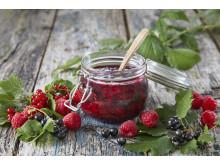 Syltetøy kan kokes av én bærsort - eller flere. Prøv alliansesyltetøy av rips, bringebær og solbær.