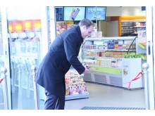 Magnus Holm, marknadsdirektör Preem klipper invigningsbandet till nya Preem Rosersberg