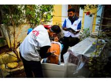 En man som har flytt från Syrien till Grekland undersöks av Läkare Utan Gränsers medarbetare på ön Symi. Foto: Läkare Utan Gränser.