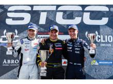 Prispall race 1, fr.v: Juuso Puhakka (tvåa), Linus Lundqvist (etta), Hugo Nerman (trea). Foto: Jerry Karlgren/STCC