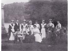 Personalen på Tyresö slott  i parken med barnen Lagergren den 5 juni 1904, foto: Nordiska museet
