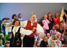 Rektor Tor Tangen og assisterende rektor Bente Talåsen Boye tok en svingom for å feire den nye skolen første skoledag.