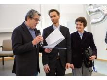 Für das Fach Volkswirtschaftslehre nahmen Prof. Dr. Xenia Matschke und Prof. Dr. Matthias Neuenkirch den Preis für internationales Engagement aus der Hand des Freundeskreis-Vorsitzendenden Dr. Hubert Schnabel in Empfang (von rechts).