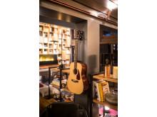 Gitarr och böcker i vardagsrummet på HUUS Hotel, Gstaad, designat av Stylt Trampoli