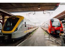 MTR-tåg bredvid Västtåg på Göteborgs Centralstation.