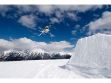 Skiløber krydser ski i luften