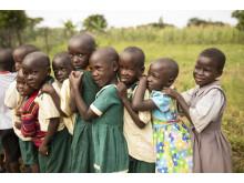 Barn i Uganda i kö för att tvätta händerna.