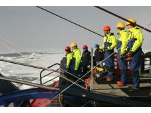 Forskare och besättningen iakttar spänt första sedimentprovet