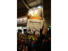 Avtäckning av Väringaskolans elevers pärlplatta på Arlanda - världsrekord
