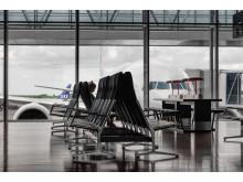 Flygpassagerarstatistik för mars 2018 illustreras med bild av flygplan och väntande passagerare. Fotograf Kalle Sanner.