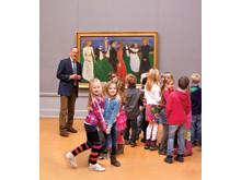 Barn i Nasjonalgalleriet foran Munchs maleri Livets dans