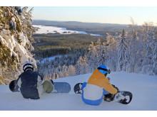Bjursås Nya SkiCenter, snowboardåkare med vy över sjön Bjursen