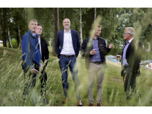 Rundtur på platsen för det nya kvarteret Norra Säteriet. Fr. vä: Magnus Landén, Wästbygg, Martin Everbring, Förbo, Mattias Klintbäck, Wästbygg,  Patrik Fallbirng ,Wästbygg och Peter Granstedt, Förbo.