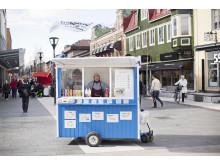 Public Luxury: Kiosker som engagerar, berör eller upprör. På bilden syns korvkioskägaren Helmer Holm i Umeå.