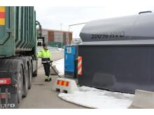 Patrik Lindh chaufför på Gästrike återvinnare tankar 100% HVO diesel