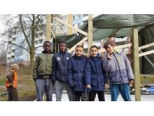 Barnen framför paviljongbygget vid Siriusgatan