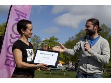 Nicole Rimér mottar Miljödiplomet från Martin Karlsson på Håll Sverige Rent