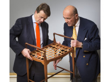 Frederik og Jesper Bruun Rasmussen ser på Moos-taburet
