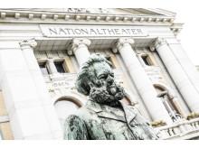 Ibsen-statuen foran Nationaltheatret