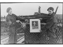 To soldater med bilde av Hitler