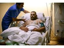 En syrisk  man vårdas efter en operation på sjukhuset i Ramtha, Jordanien.