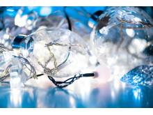 Juldekorationer med lysande granar och kulor