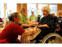 Viceborgmester Camilla Fabricius (S) gav sig god tid til at snakke med beboerne på plejecenteret