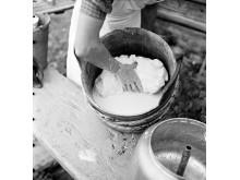 Osttillverkning på Källvallens fäbod, Jämtland. Fotograf: Karl Heinz Hernried, Nordiska museet.