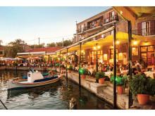 Det er dette Grækenland, som danskerne elsker: de hyggelige tavernaer på havnen i de små pittoreske byer.