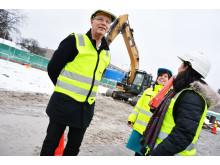 Finansbyråd Robert Steen med prosjektleder Monica Ellingjord i Undervisningsbygg og rådgiver Nina Pannu
