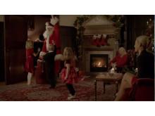 Jultomten Fabian delar ut julklappar