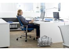 Rücken gesund und fit: Der Bürostuhl sollte bequem und ergonomisch sein. So können Arbeitnehmer ihren Rücken direkt während der Arbeit schonen, wie hier ein Beispiel der Firma Klöber zeigt.