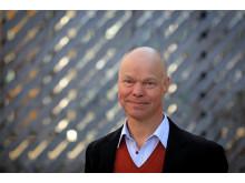 Gunnar Karlsson, professor vid KTH, forskar om och jobbar med en mobil-app som ska få människor att lära sig svenska snabbare. Foto: Peter Ardell.