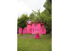 "Olek framför ""Our pink house"". Foto: Mikael Bakaldin"