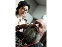 Årets barberare 2017 Cari Forsgren med skäggmodellen Peter Deichman.