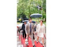H.K.H. Prins Carl Philip och Länsmuseichef Åsa Hallén på trappan till Värmlands Museum. I bakgrunden landshövding Kenneth Johansson - invigning 1001 Inventions